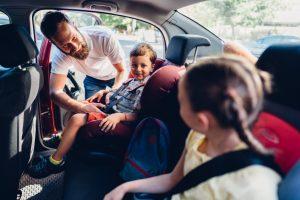 familia feliz en su coche asegurado con crédito